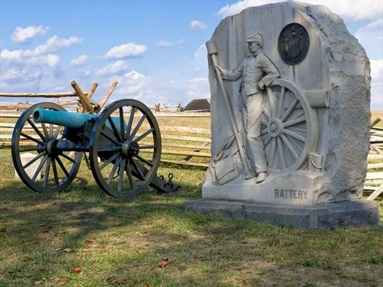 Gettysburg memorial and canon