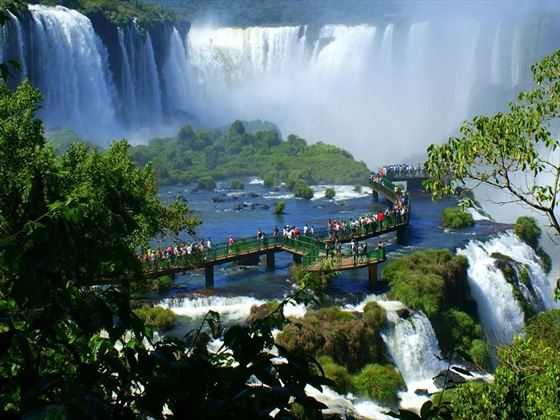 Cascading waterfalls and scenic walkways in Iguassu Falls