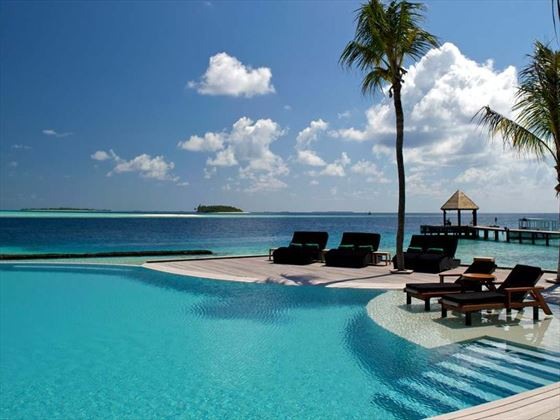 Komandoo Island Resort infinity pool