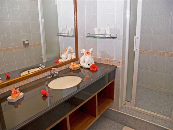 Le Palmiste Family Room bathroom
