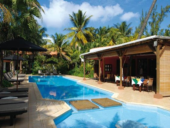 Poolside dining at Les Cocotiers