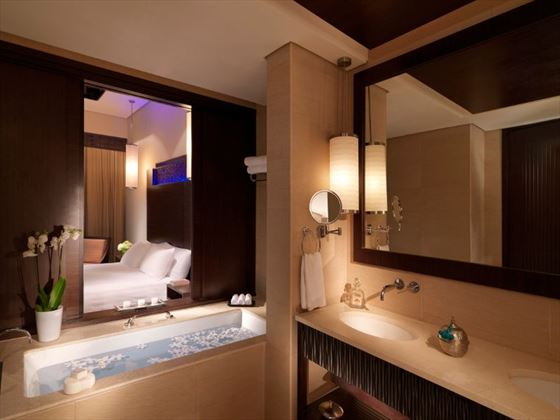 Premier Lagoon bathroom at Anantara The Palm