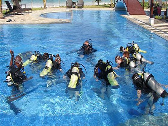 Scuba lessons at Lantana Galu Beach